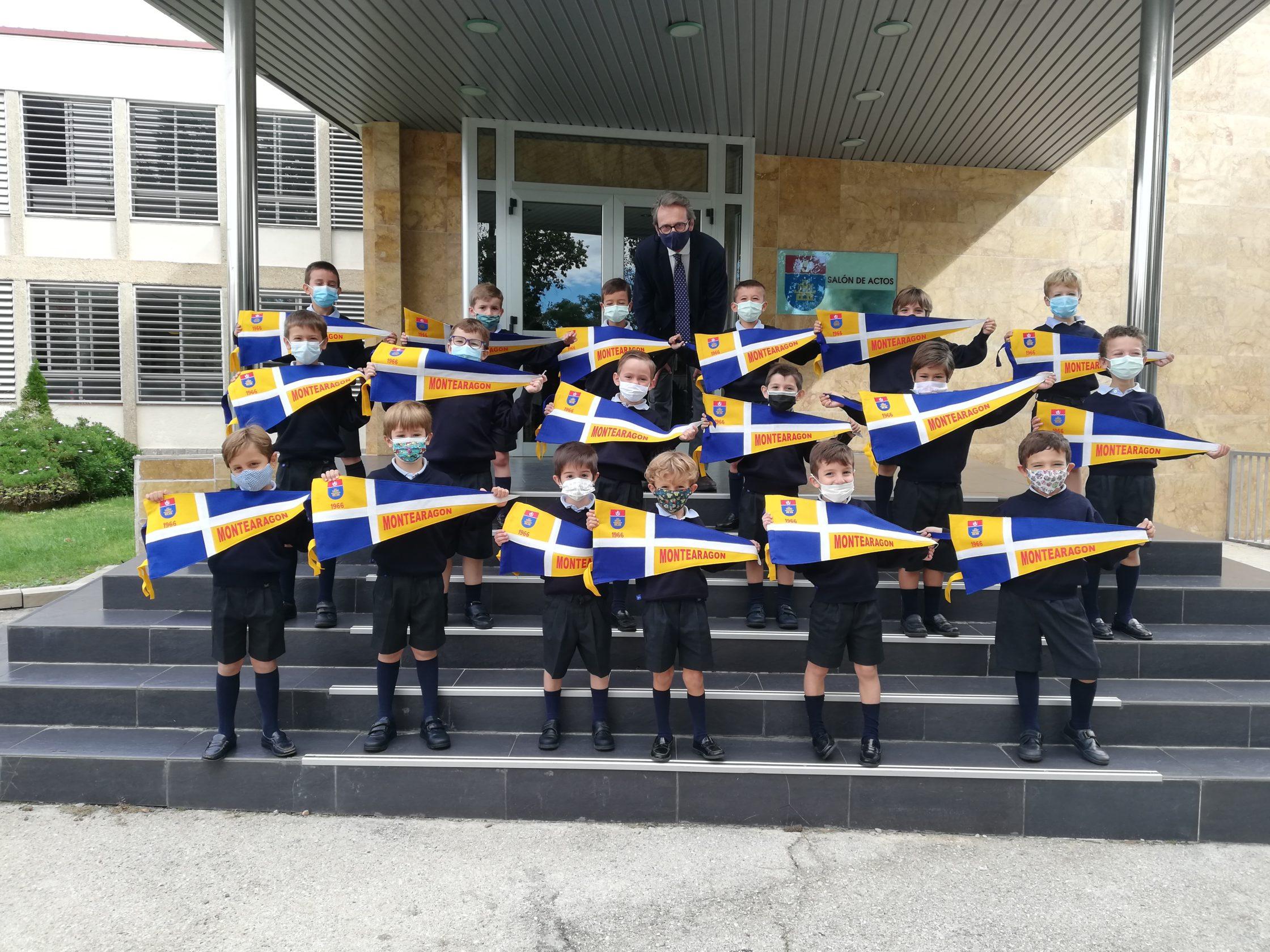 Entrega de banderines a los más pequeños del colegio Montearagón